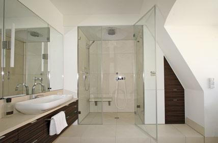 Badezimmer Modern Dachschräge: Kleines bad einrichten nehmen sie ...
